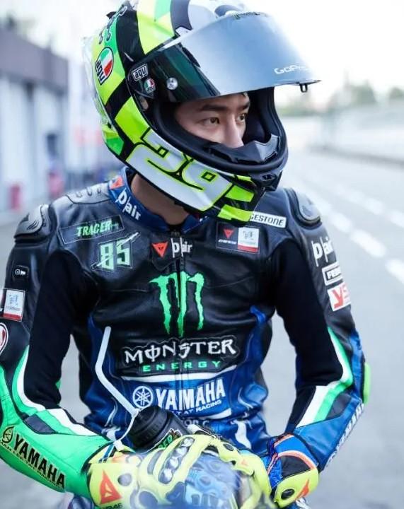 王一博摩托车比赛摔车 呼应粉丝不要带节奏-云奇网