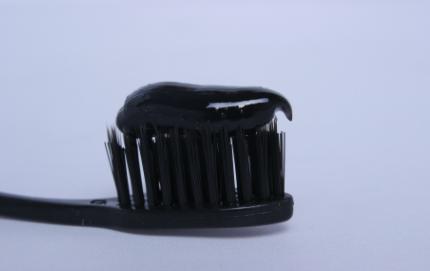 竹炭牙膏真的能刷白牙齿嘛1